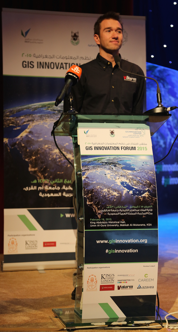 valarm-remote-environmental-monitoring-edward-pultar-on-stage-keynote-podium-gis-innovation-forum-2015-makkah-saudi-arabia-middle-east